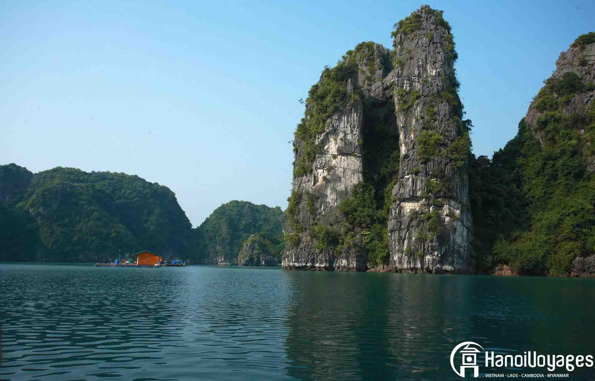 La Baie d'Halong sous un ciel bleu