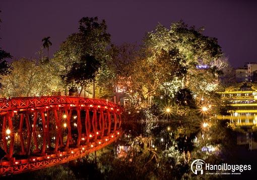 Thue huc bridge de nuit - Âme du Vietnam