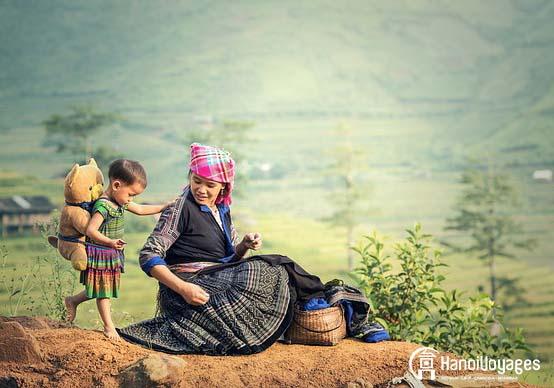 Une femme Hmong et sa fille