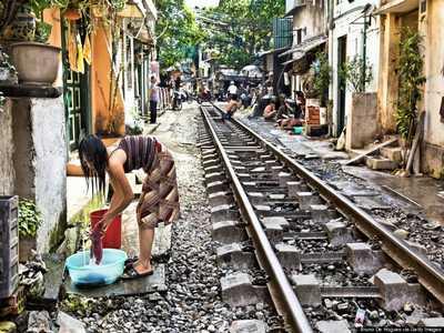 Photographie d'une femme dans la rue du train à Hanoi
