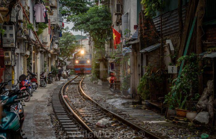Photographie d'un train dans les rues de Hanoi