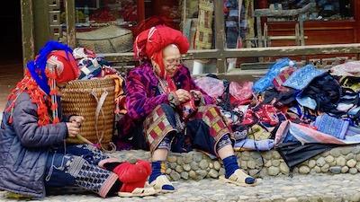 Femmes Daos en train de tricoter des sacs traditionnels à Sapa