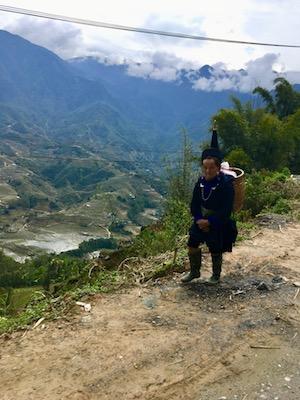 Femme Hmong sur le chemin de Sapa