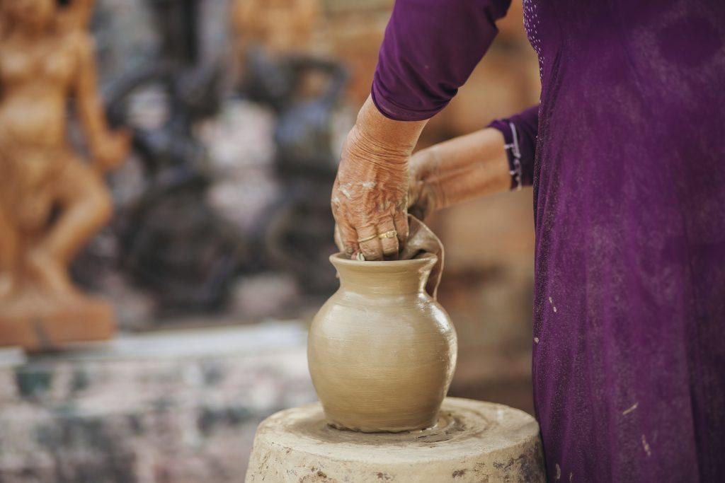 Photo d'une femme faisant de la poterie à Hoi An