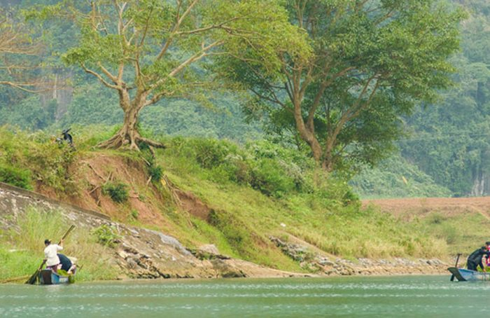 Pecheurs sur un fleuve à Phong Nha