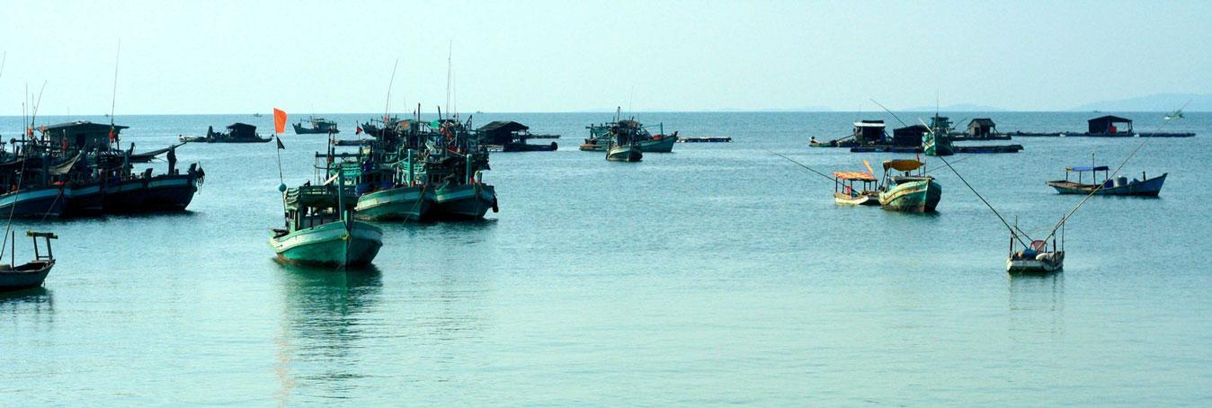Eau limpide, bateaux amarés et ciel bleu à Phu Quoc