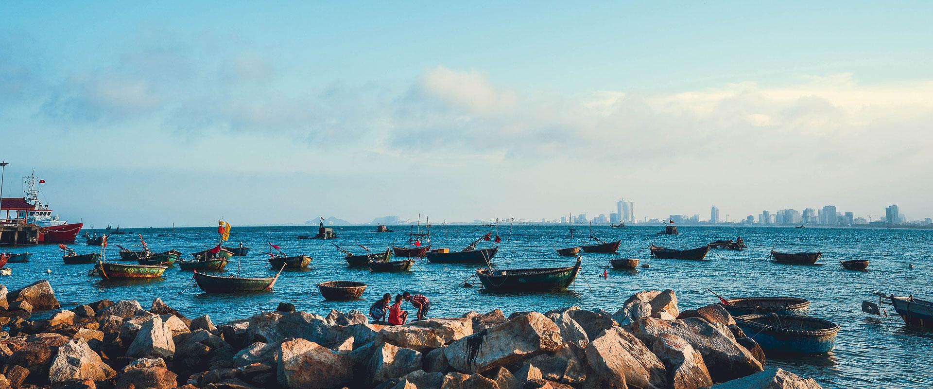 plage rochers bateaux