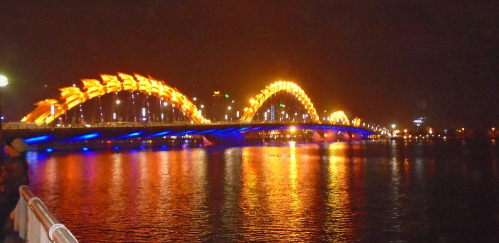 ville nuit dragon fleuve pont