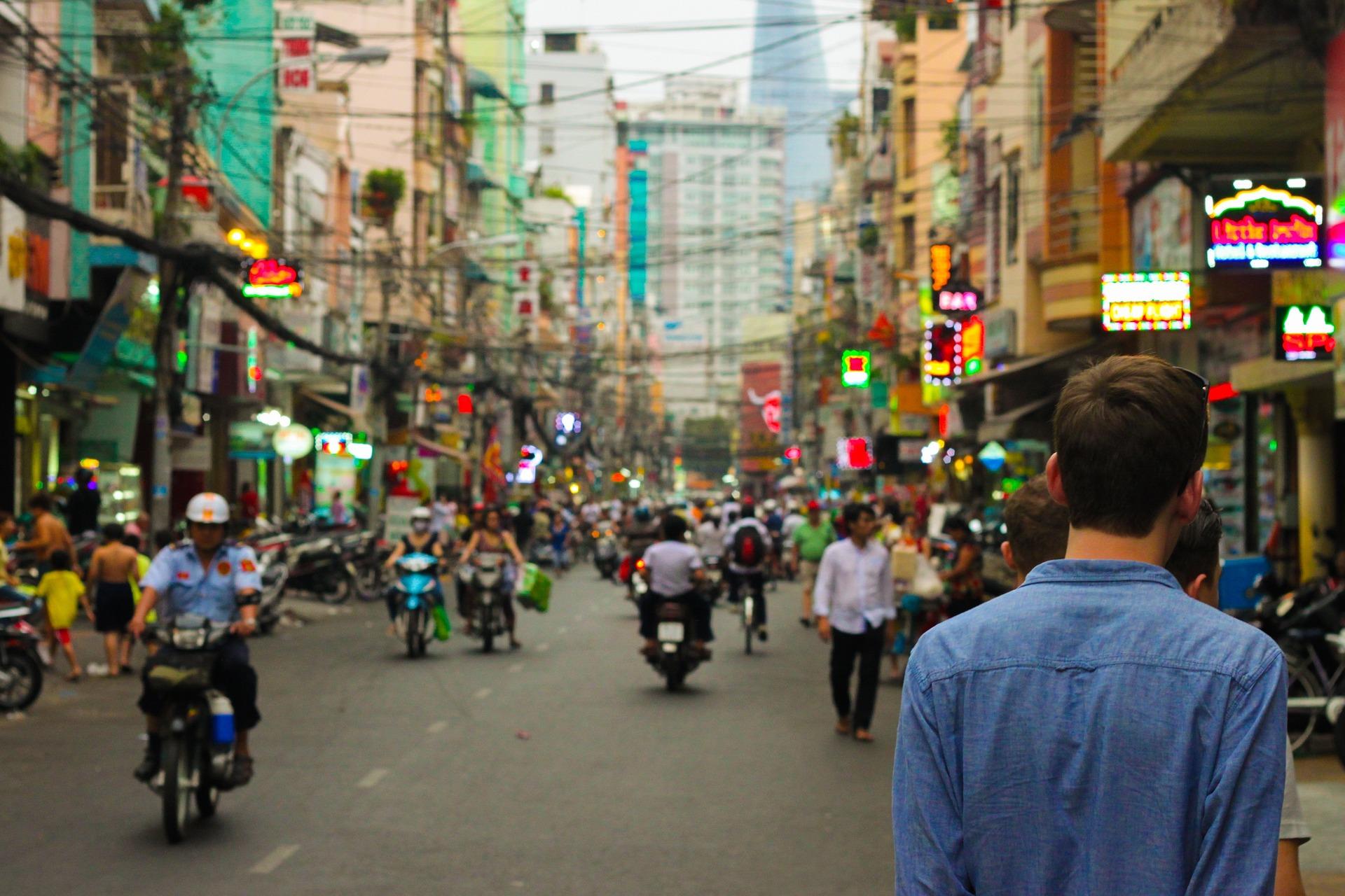 touriste marchant dans la rue