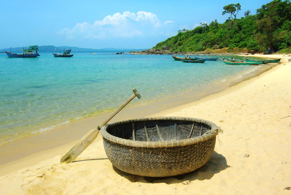 barque sur la plage phu quoc