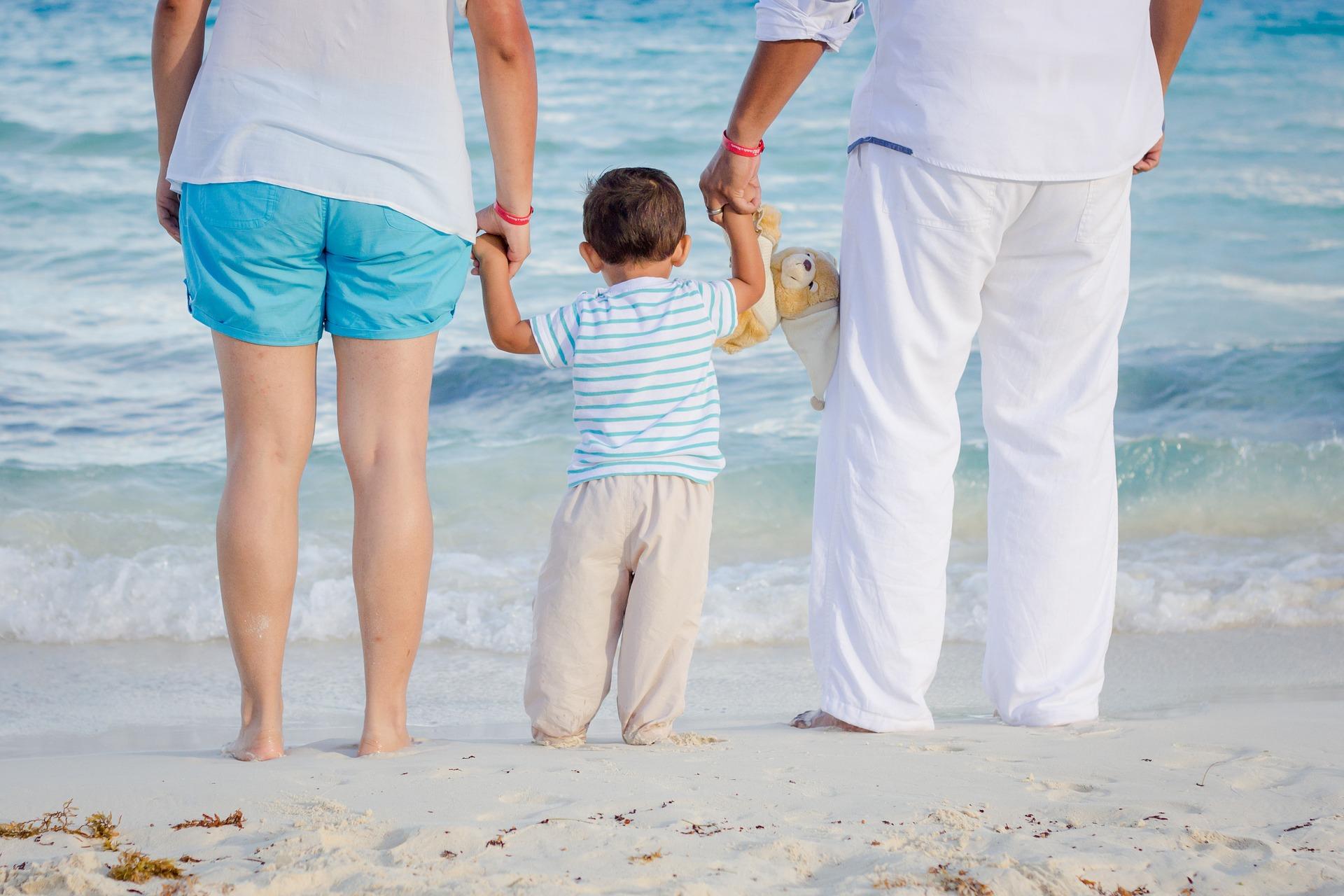 famille au bord de la plage vaccins vietnam